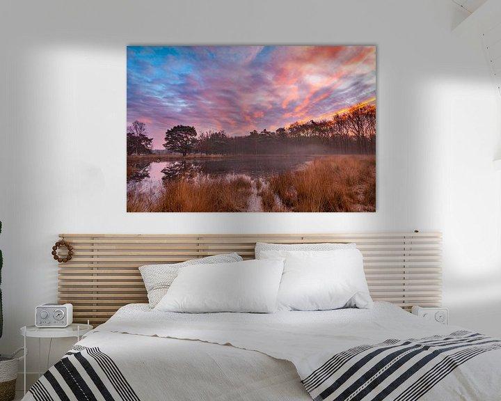 Sfeerimpressie: Kleurige zonsopkomst boven nevelig ven van Karla Leeftink