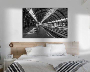 Bijna verlaten Amsterdam Centraal station in zwart-wit van Sjoerd van der Wal