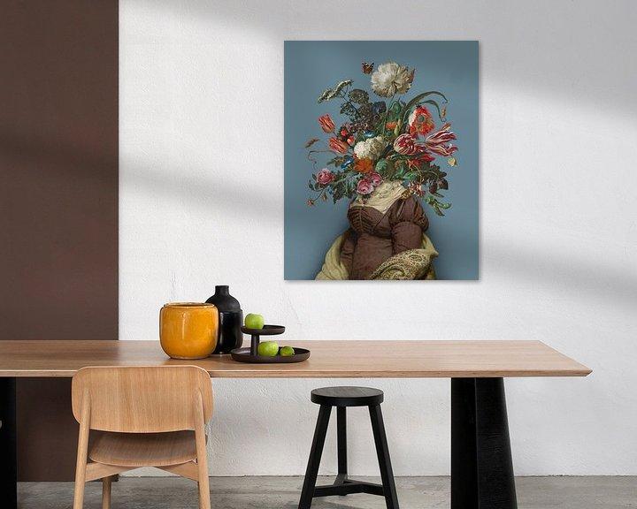 Sfeerimpressie: Portret van een vrouw met een boeket bloemen (blauwgrijs) van toon joosen