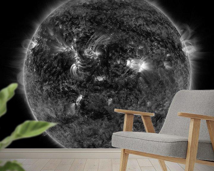 Sfeerimpressie behang: Mercurius die voorbij de zon trekt in zwartwit van Atelier Liesjes