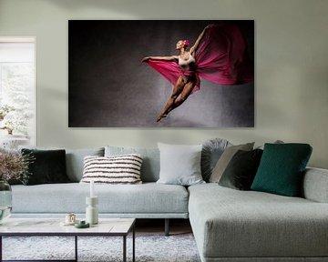 Fliegende Tänzerin vor dunklem Hintergrund