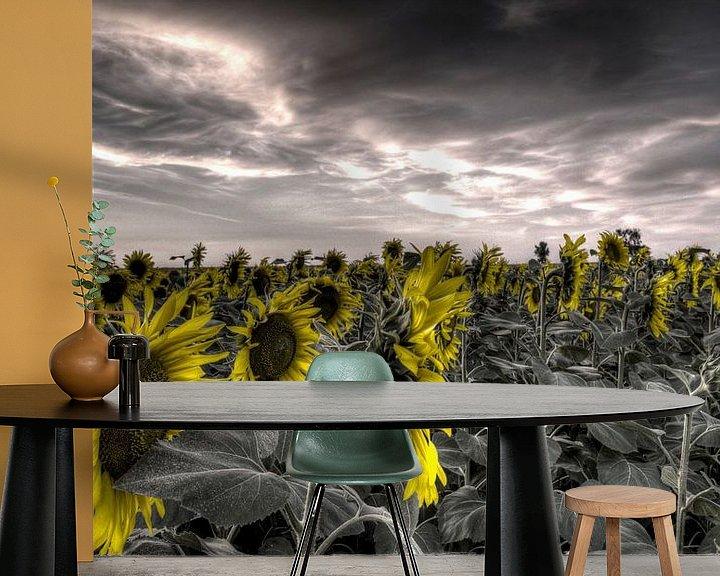 Sfeerimpressie behang: Zonnebloemen tegen grijze achtergrond van Atelier Liesjes