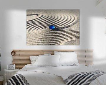 Traces dans le sable avec la pierre bleue sur Karina Baumgart