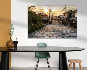 Straten van Kyoto tijdens een zonnige avond van Mickéle Godderis