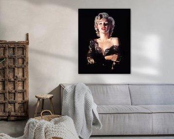 Marilyn Monroe als Pinup im sexy schwarzen Kleid wirkt vor der Kamera sinnlich