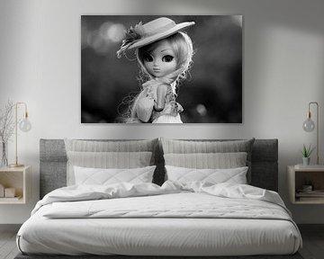 Mädchenpuppe mit Hut in schwarz-weiß von Atelier Liesjes