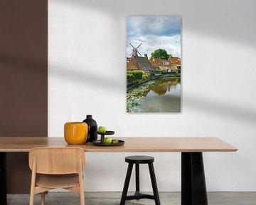 Die niederländische Windmühle im Groninger Dorf Winsum und der Fluss von Visiting The Dutch Countryside