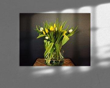Jong voorjaarsboeket met gele en witte tulpen in de knop