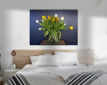 Voorjaarsboeket; een bos met gele en witte tulpen in volle bloei