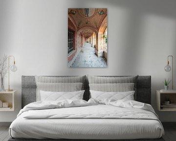 Ein schöner Korridor mit Malkunst und Licht von Perry Wiertz