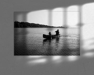 Kanu auf dem Bodensee in Wangen, Baden-Württemberg Schwarz-Weiß-Fotodruck von Manja Herrebrugh - Outdoor by Manja