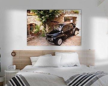 Kleiner französischer schwarzer Deux Chevaux auf der Straße von Bobsphotography