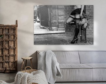Frau mit sexy Beinen hält einen Teddybär von Bobsphotography