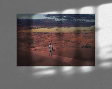 Alleen in de Sahara in Marokko tijdens zonsondergang van Danny Vermeulen