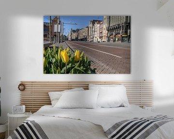 Damrak straat in Amsterdam tijdens een zonnige ochtend van Sjoerd van der Wal