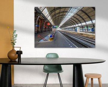 Bijna verlaten Amsterdam Centraal station in Amsterdam van Sjoerd van der Wal