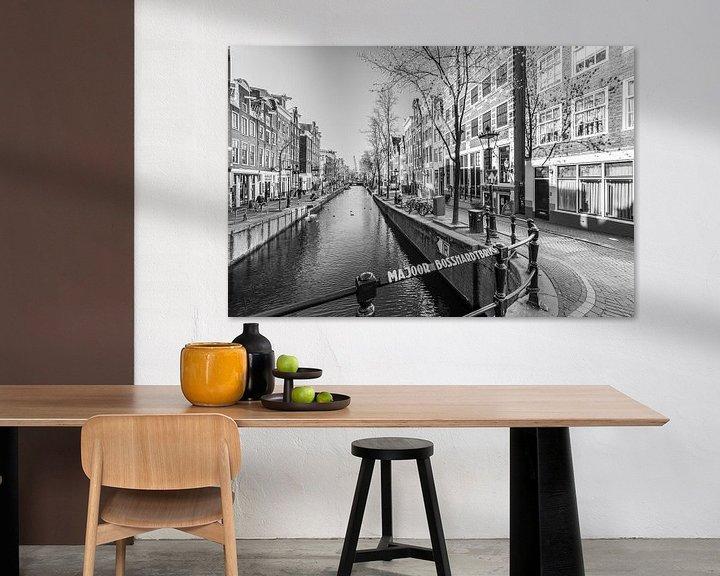 Sfeerimpressie: Oudezijds Achterburgwal op De Wallen in Amsterdam van Sjoerd van der Wal