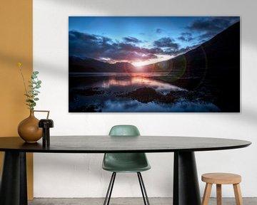 de laatste zonnestraal van de dag over het windstille meer in Schotland van Studio de Waay