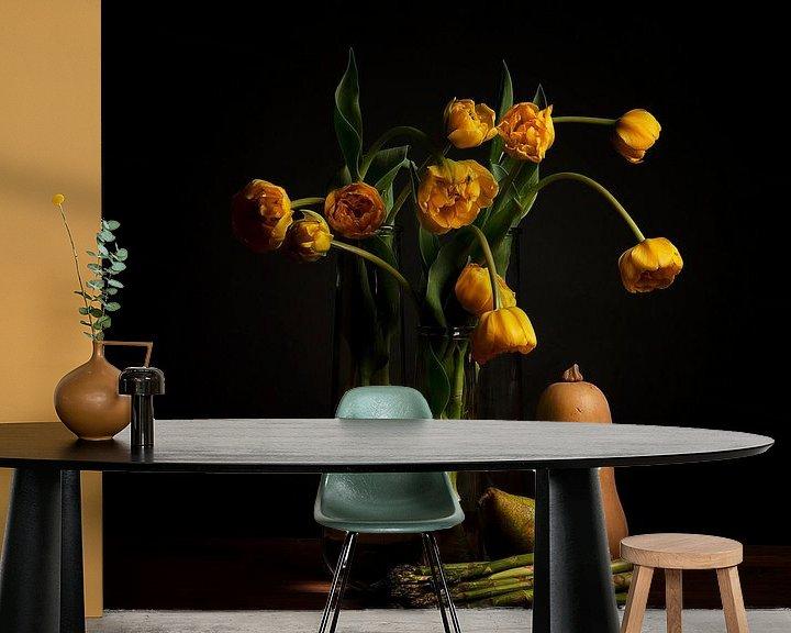 Beispiel fototapete: Stilleben gelbe Tulpen und Linsenkugel von Coby Bergsma