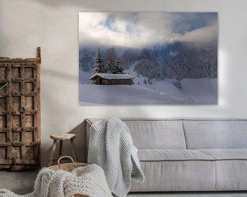 Berghut in de Sneeuw met openbrekende wolken