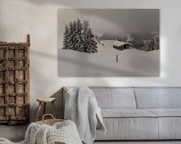 Berghütte in der schneewolkigen Draufsicht