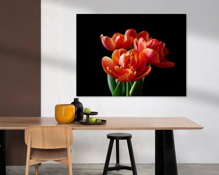 Sfeerimpressie: Bos tulpen tegen zwarte achtergrond van Birdy May