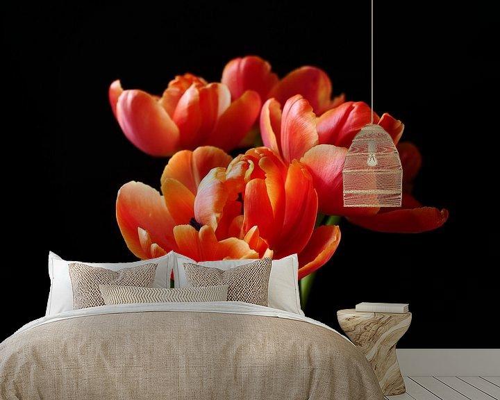 Sfeerimpressie behang: Bos tulpen tegen zwarte achtergrond van Birdy May