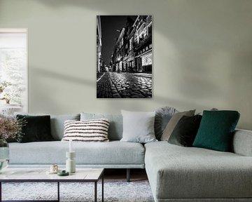 Warmoestraat dans le centre-ville de Haarlem - en noir et blanc