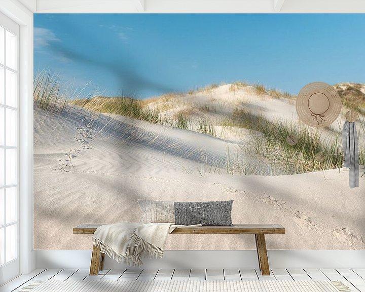 Sfeerimpressie behang: Vogelsporen in zand tussen helmgras van Fotografie Egmond