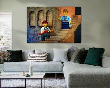 Lego politie en boef op de trap van Jenco van Zalk