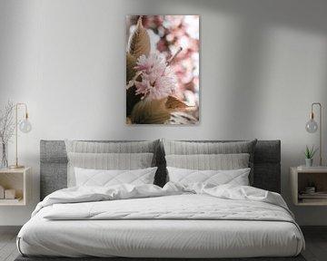 Zweig mit rosa Blüte und Blättern von Dennis  Georgiev