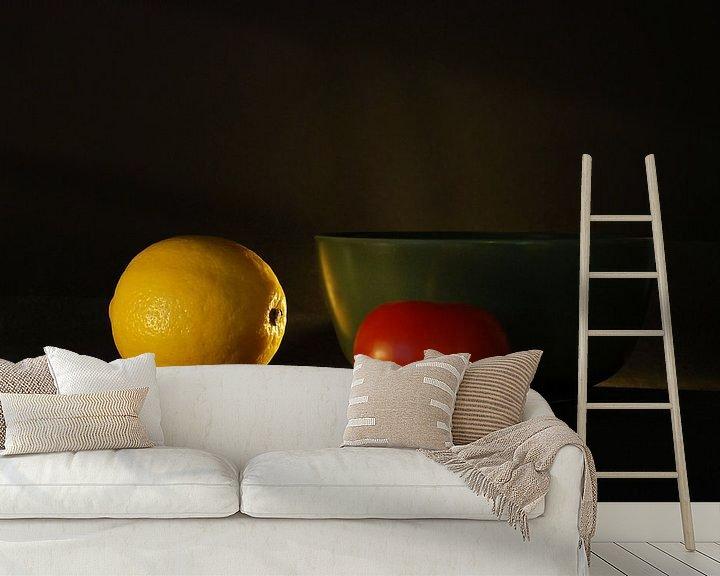 Sfeerimpressie behang: Stilleven citroen-tomaat van Hannie Kassenaar