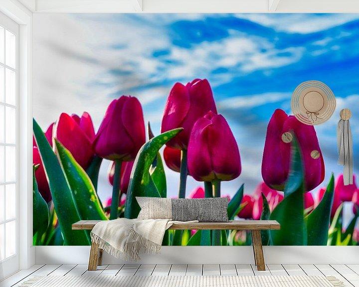 Sfeerimpressie behang: Bloeiende rode tulpen van Photo Henk van Dijk
