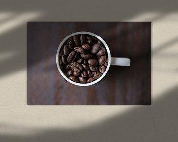 Koffiebonen in koffiekopje 11452159 van BeeldigBeeld Food & Lifestyle