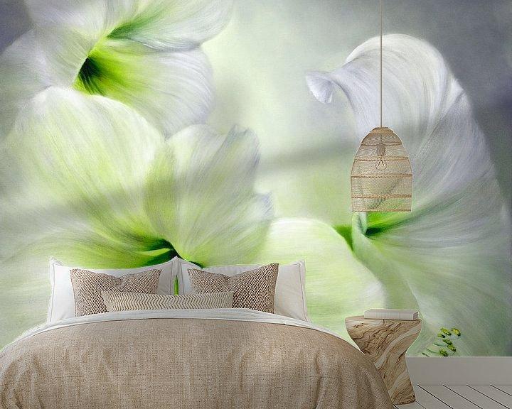 Sfeerimpressie behang: Hvid amaryllis van Annette Schmucker