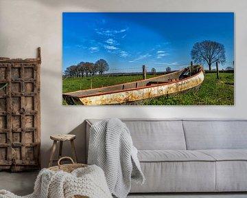 Mooi verstild beeld van oude roeiboot bij de Cuijksesteeg, Mook , Noord-Limburg van Jeroen Hoogakker