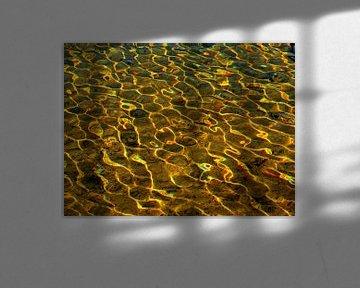 Golf-Lengte (Zonlicht in water) Versie 1 Goudgeel van Caroline Lichthart