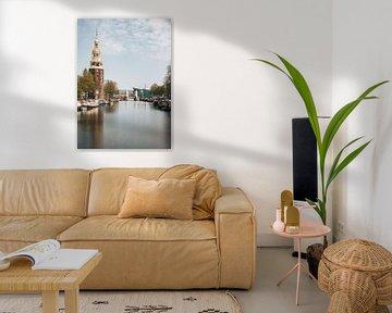 Montelbaanstoren aan de kanaal Oudeschans, Amsterdam, Nederland. van Lorena Cirstea