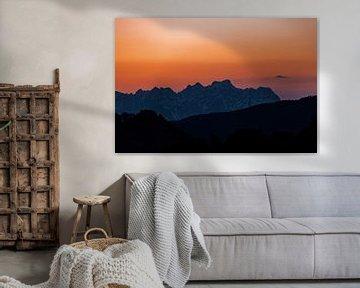 Sfeervol warm licht tijdens zonsondergang in de alpen