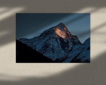 Zonsondergang op spitse bergtop in de Oostenrijkse alpen