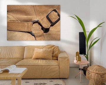Detail eines hellbraunen Wildlederschuhs von Bobsphotography