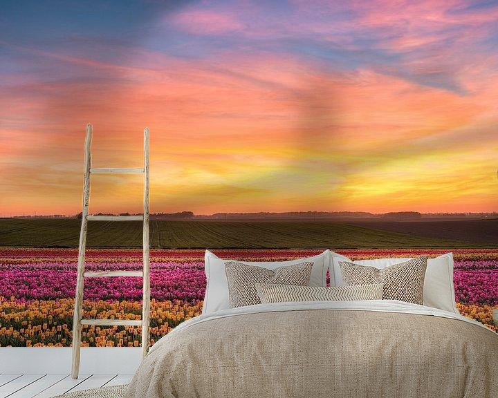 Sfeerimpressie behang: Zonsondergang in het tulpenveld van Michael Valjak