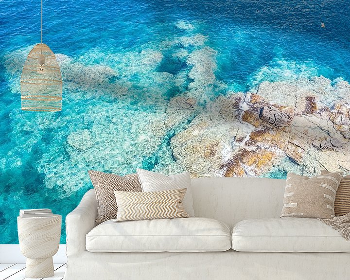 Sfeerimpressie behang: Rotsplateau kust Sardinië van Bernardine de Laat