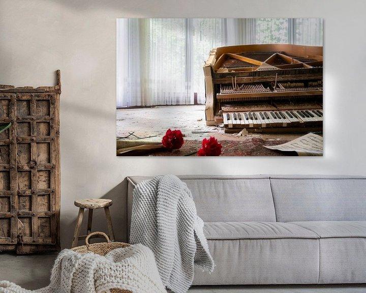 Beispiel: Verlassenes Klavier mit Blumen. von Roman Robroek