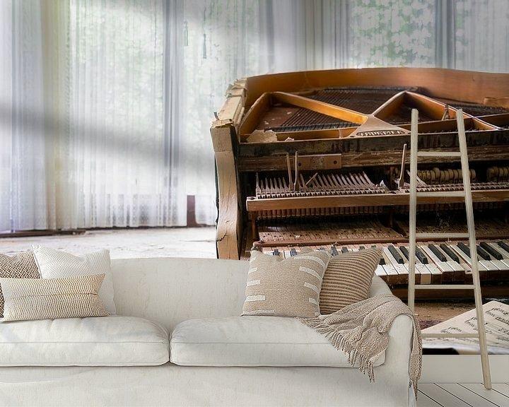 Beispiel fototapete: Verlassenes Klavier mit Blumen. von Roman Robroek