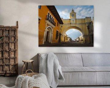Der Santa Catalina Bogen / Stadttor (Arco de Santa Catalina) in Antigua, Guatemala am Morgen mit dem