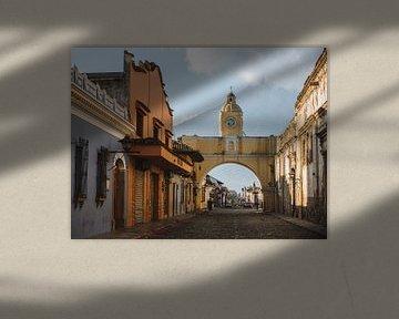 Der Santa Catalina-Bogen in Antigua, Guatemala am Morgen mit dem Vulkan Agua im Hintergrund