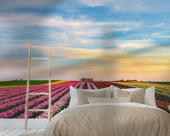Sfeerimpressie behang: s Avonds in een tulpenveld aan de Nederrijn van Michael Valjak