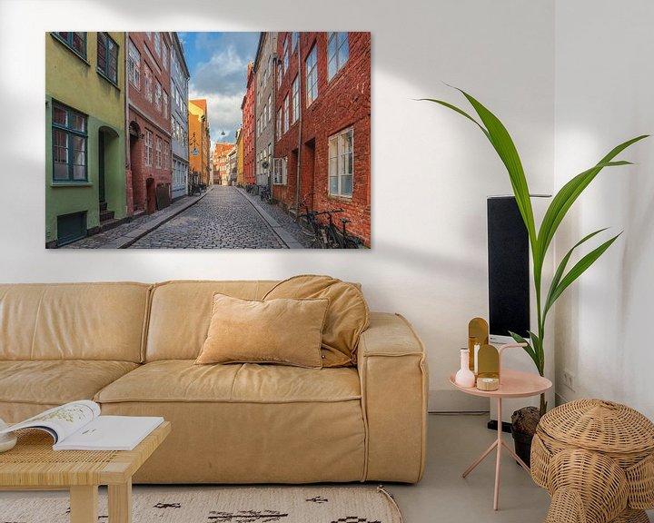 Sfeerimpressie: gekleurde huizen in een straat in Kopenhagen. van Robin van Maanen