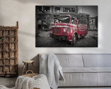 Feuerwehrauto in verlassener Stadt in Italien von Atelier Liesjes